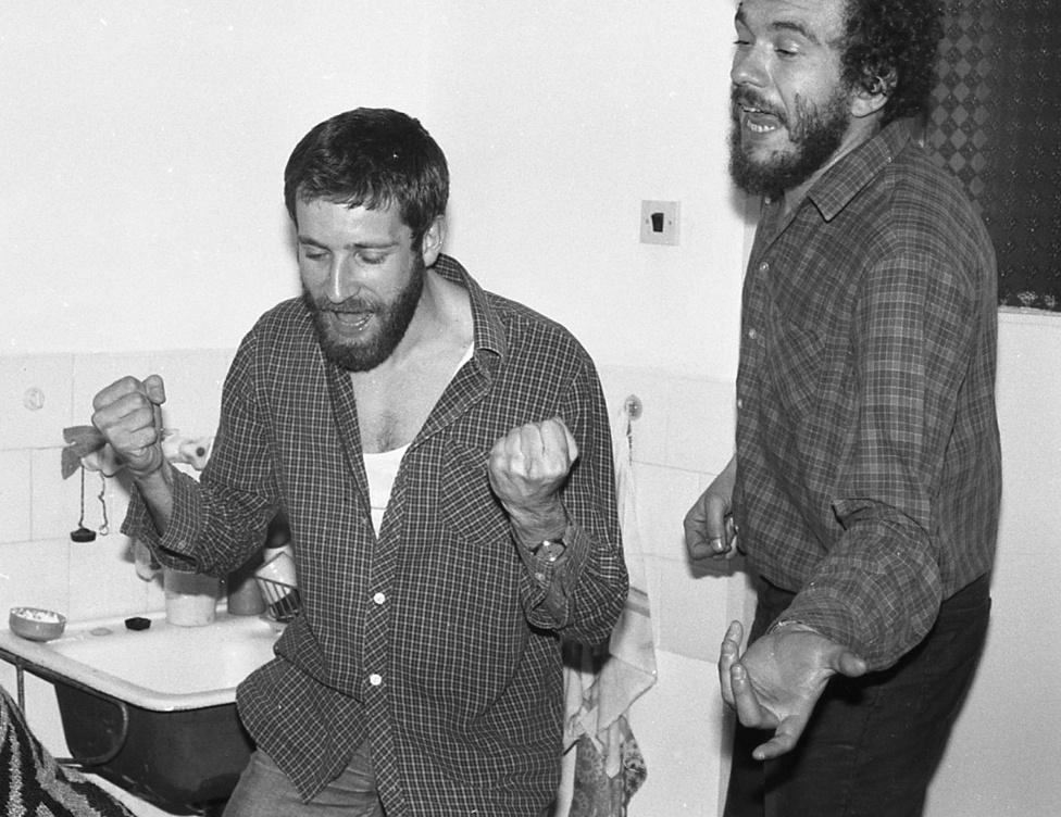 1988. Kigombolt ing, hipszter szakáll, léggitár. Itt még nem sejtik, hogy a következő szilveszterre minden megváltozik, de azt már akkor is tudták, hogy a legnagyobb buli mindig a konyhába van.