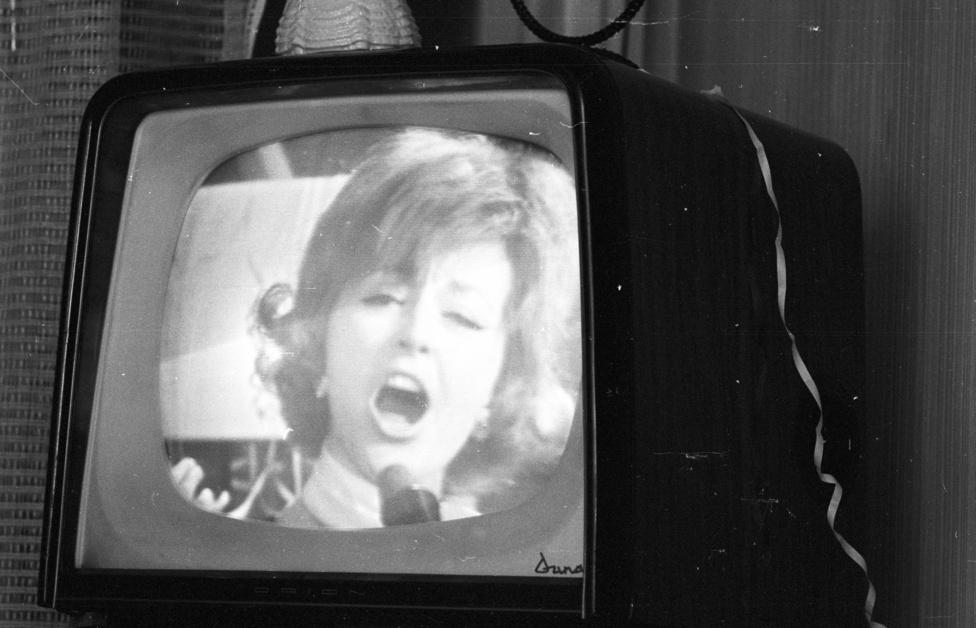 1971. A hetvenes években mintha megállt volna az idő, közel húsz évig minden szilveszter szinte ugyanúgy telt. 1971-ben megjelenik a szilveszteri műsorban Kudlik Júlia, és marad is jó sokáig, majd csatlakozik az elmaradhatatlan Hofi és Gálvölgyi kabaré. A tévé egyszerűen hozzátartozott a szilveszter éjszakához.