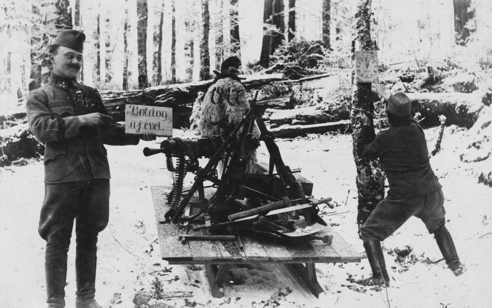 1917. A század mulatozásból az első világháborúba érkezünk. A fronton, a karácsonyhoz hasonlóan az újévet is mindig megünnepelték és fegyverszünetet kötöttek. A visszaemlékezések szerint az egymás ellen harcoló katonák ilyenkor sokszor a legnagyobb békességben mulatoztak együtt és ajándékozták meg egymást. Mondjuk 1917-ben már kevésbé lehetett örömteli az ünneplés, hiszen ekkorra már látható volt, nemhogy az első karácsonyra, de még a harmadikra sem értek haza a katonák, és a háború eszméletlen nagy emberáldozatokat követel.