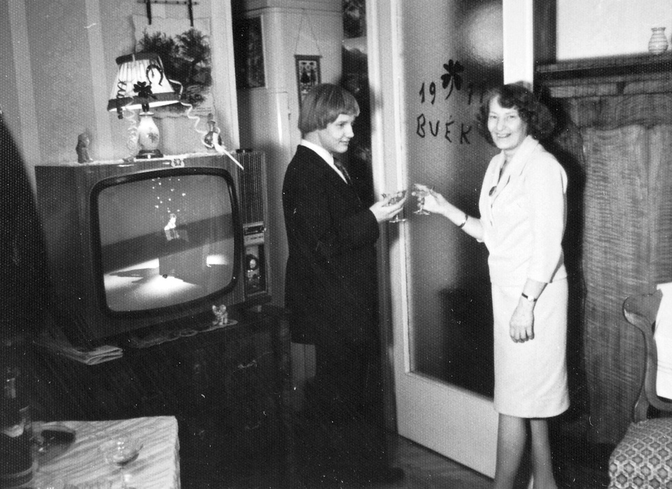 1977. Már 1977-ben is hódított a Fekete György-frizura, és Hofi ekkor énekelte el a Lazítani című dalát