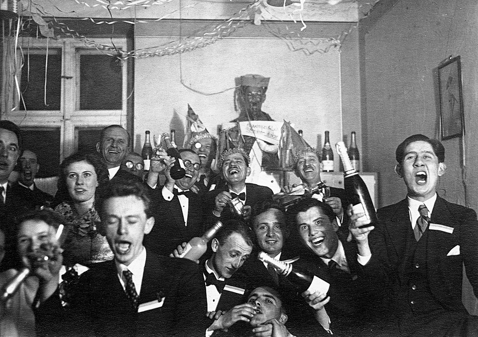 1940. 1939-ben és 40-ben még semmit sem lehetett érezni Budapesten a háborúból. Hatalmas társaságok ünnepelték az újévet, pezsgő is jutott mindenkinek, több üveggel. Öt évvel később aztán már nem volt ennyire önfeledt az ünneplés, 1945 szilveszterén a németek éppen a főváros hídjainak felrobbantásával voltak elfoglalva.