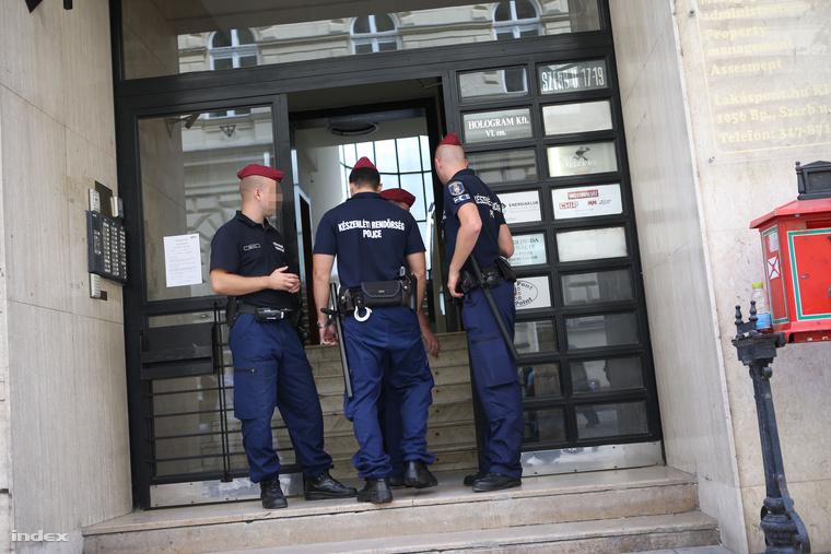 Rendőrök a Norvég Civil Alapot kezelőÖkotárs Alapítvány belvárosi irodája előtt, 2014. szeptember 8-án.