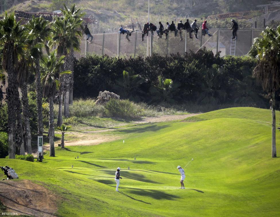 Golfmeccs a háttérben illegális bevándorlókkal. Az afrikai menekültek Spanyolország Észak-Afrikai területére, a Melilla marokkói spanyol enklávé területére próbáltak bemászni a kerítésen át. Csak október 22-én 400 illegális bevándorló próbált meg bejutni az enklávéba.