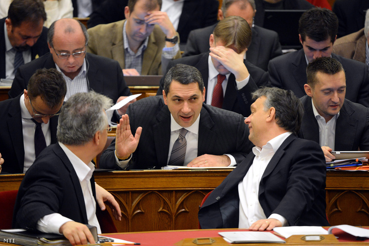 Semjén Zsolt, Lázár János és Orbán Viktor miniszterelnök beszélget az Országgyűlés 2012. december 11-i plenáris ülésén