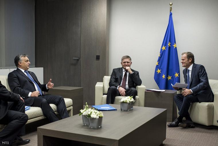 Donald Tusk az Európai Tanács elnöke (j) valamint Orbán Viktor magyar és Robert Fico szlovák (k) miniszterelnök