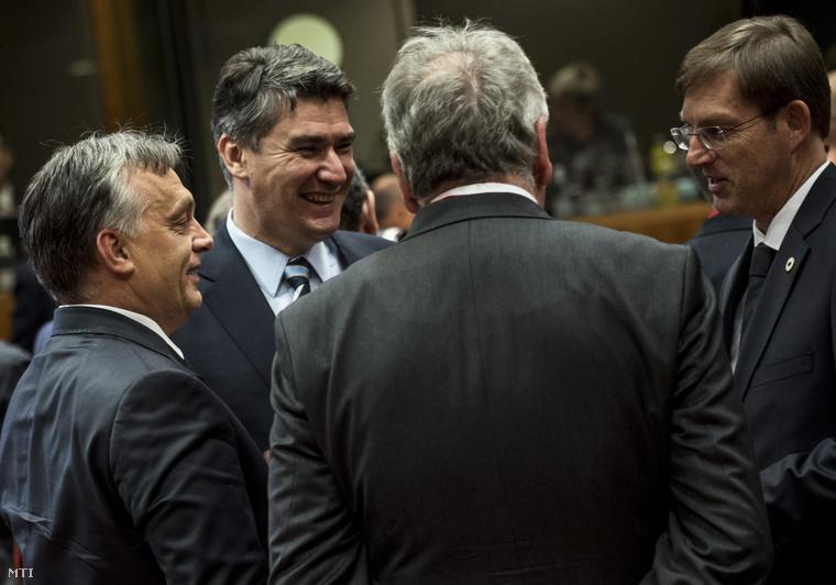 A Miniszterelnöki Sajtóiroda által közreadott képen Orbán Viktor magyar (b) Zoran Milanovic horvát (b2) és Miro Cerar szlovén (j) miniszterelnök az Európai Unió brüsszeli csúcstalálkozóján