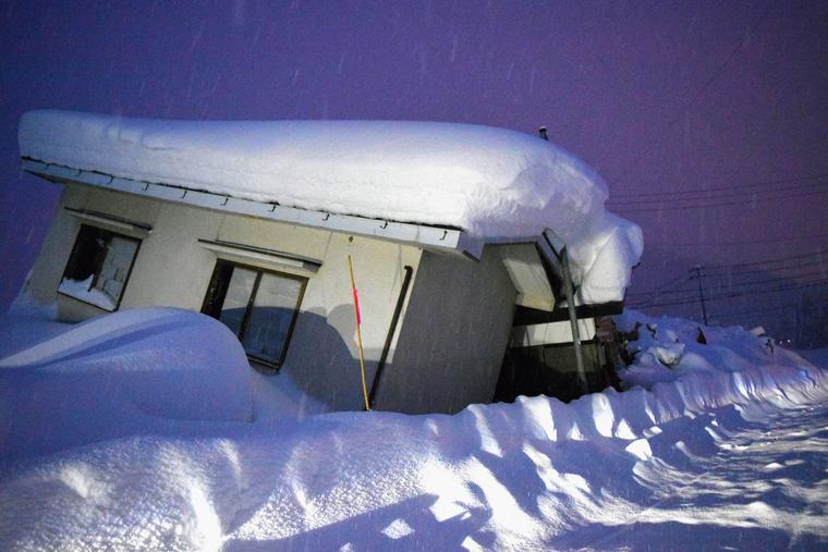 A november végi 6,7-es erősségű földrengésben megdőlt házat a hó temeti maga alá Hakubában