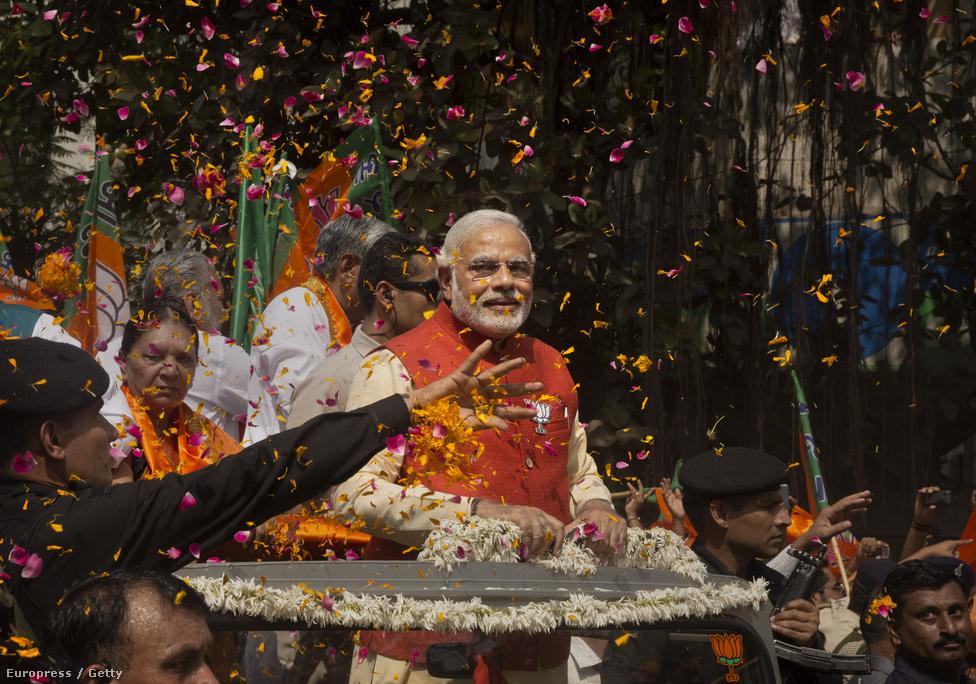 Április 7-től kezdődően maratoni, öt                          héten át tartó választási eljárásban                          tartották meg a parlamenti választásokat                          Indiában. Május 12-ig végül 551 millióan                          szavaztak, a részvétel így elérte a rekordnak                          számító 66,38 százalékot. Végül abszolút                          többséget szerzett a képen                          látható Narendra Modi vezette hindu                          nacionalista Bháratíja Dzsanata Párt (BJP), a                          Nehru-Gandhi-család vezette Indiai Nemzeti                          Kongresszus pedig soha nem látott vereséget                          szenvedett el.