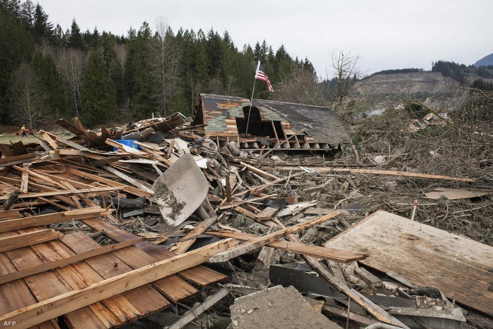 Negyvenhárom ember meghalt, amikor a                          washingtoni Oso települést március végén                          elsodorta egy sárlavina. Volt, ahol 54 méter                          mélyen temette be a környéket az iszapos                          föld.