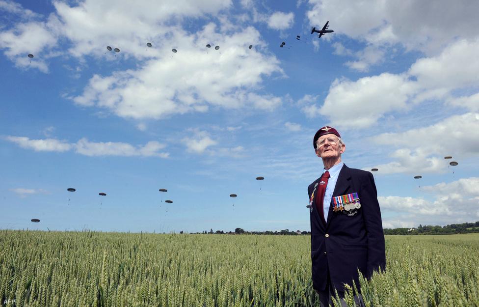 """Frederick Glover, brit II. világháborús                          veterán a normandiai partraszállás 70.                          évfordulóján tartott megemlékezésen                          Ranville-ben, Franciaország északi részén.                          Jim """"Pee Wee"""" Martin amerikai ejtőernyős 70                          év eltéréssel másodszor is kiugrott                          – ezúttal már 93 évesen csak tandemben –                          Normandia fölött."""