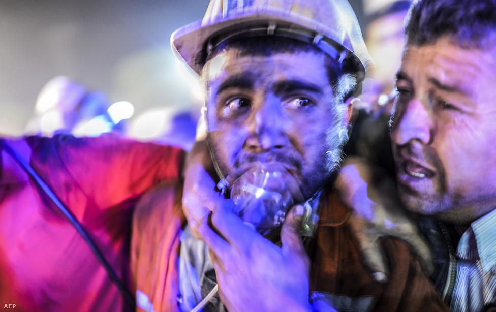 Törökország történetének legsúlyosabb                          bányabalesetében 301 bányász halt meg                          Somában. A baleset feltehetően a laza                          munkavédelmi szabályok miatt történt. Újabb                          kormányellenes tüntetések kezdődtek, Soma mellett                          Isztambulban és Ankarában is utcára vonultak                          a tiltakozók. Recep Tayyip Erdogan                          miniszterelnököt azért bírálták, mert                          érzéketlen nyilatkozatot tett, de a helyzetet                          csak tovább rontotta, hogy egyik tanácsadója                          a baleset helyszínén belerúgott az egyik                          földön fekvő tüntetőbe. Erdogan ennek                          ellenére az augusztusi elnökválasztáson                          biztosan ült át                          a kormányfőiből az államfői székbe.