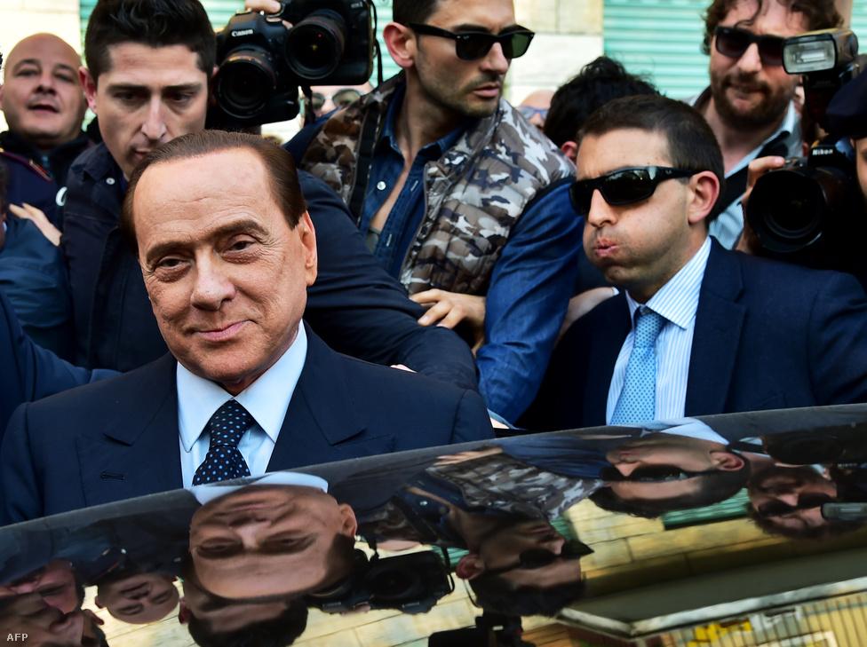 Silvio Berlusconi volt olasz                          miniszterelnököt tavaly augusztusban ítélték                          el jogerősen adócsalásért. Egyéves                          büntetésének letöltését május elején                          közmunkával kezdte meg, heti                          egyszer négy órát a Milánóhoz közeli Cesano                          Bosconéban lévő idősek otthonában kellett                          ledolgoznia a 77 éves volt kormányfőnek.