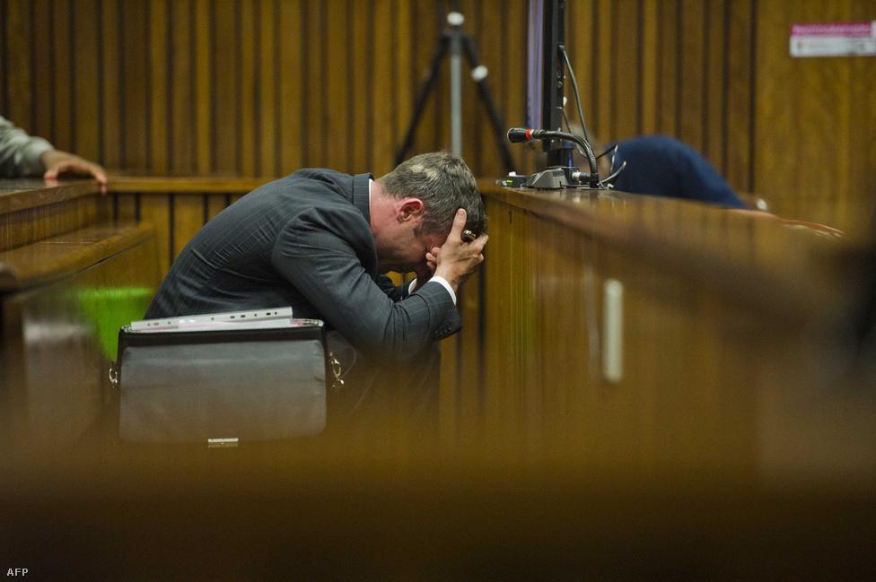 Március 3-án kezdődött a barátnője                          meggyilkolásával vádolt Oscar Pistorius pere                          a dél-afrikai Pretoriában. A műlábú futó azt                          állította, hogy véletlenül lőtte le                          barátnőjét fürdőszobájuk zárt ajtaján                          keresztül még 2013 elején, mert betörőnek                          hitte. A vád szerint Pistorius előre                          megfontolt szándékkal ölte meg Reeva                          Steenkampot. Végül október 21-én öt év                          börtönre ítélték Pistoriust                          gondatlanságból elkövetett emberölésért, és                          átszállították a Kgosi Mampuru II börtönbe,                          ami Dél-Afrika legkeményebb                          büntetésvégrehajtási intézete.