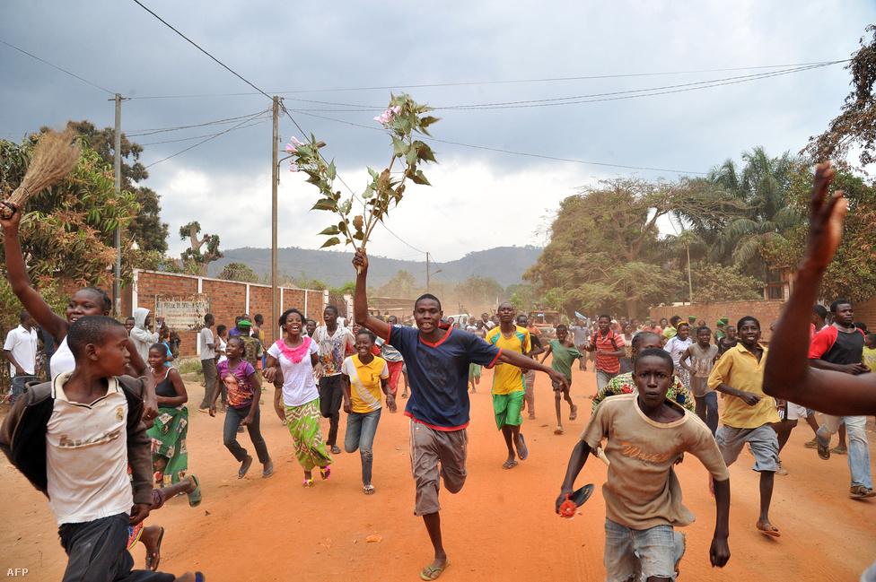A lakók ünnepelnek Banguiban, ahonnan                          elszállítják a Séléka muszlim csoport                          fegyvereseit január 28-án. A világ hatodik                          legszegényebb országában, a Közép-afrikai                          Köztársaságban véres összetűzések törtek ki a                          Séléka fegyveresei és az ellenük fellázadt                          keresztény harcosok között. Több mint ezer                          ember halt meg, kannibalizmusról érkeztek                          hírek, és egymillióan váltak menekültté,                          köztük a főváros, Bangui lakosságának fele.                          Az Európai Unió hat év óta legnagyobb                          akciójáról döntött, amikor ezer                          katonát küldött az országba a francia                          békefenntartók mellé.