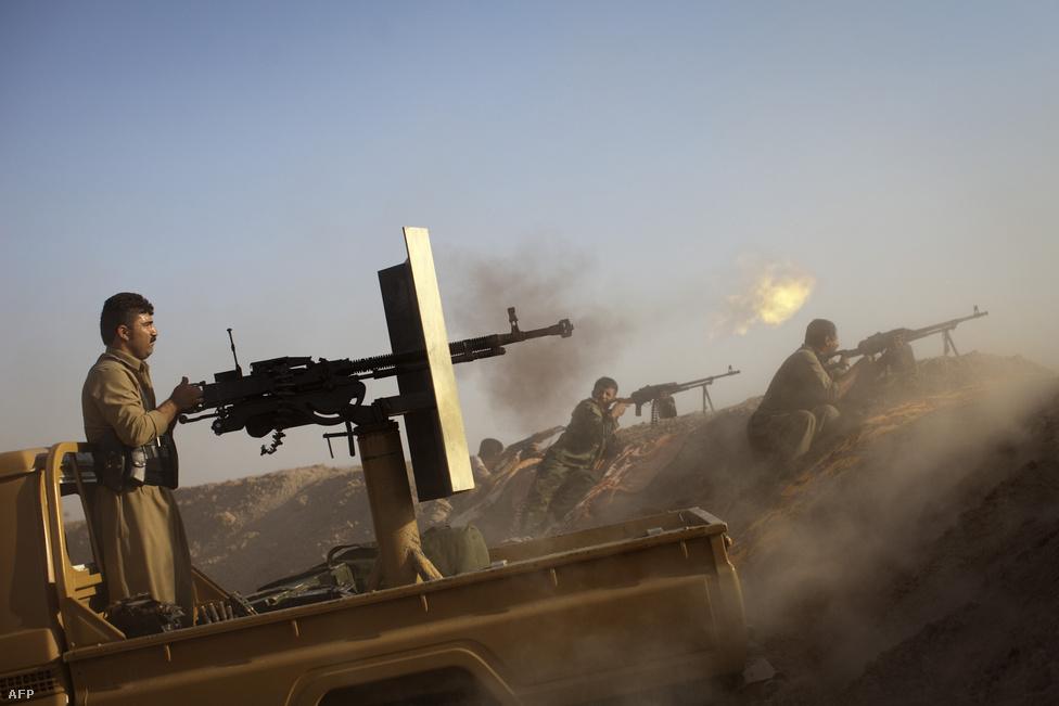 Az öt-tízezer fegyverest a soraiban tudó                          Iraki és Levantei Iszlám Állam (ISIS) nevű                          szélsőséges szunnita szervezet június elején                          több város ellen is támadást indított                          Irakban, és sikerült elfoglalnia a                          szunniták legfontosabb városának, Moszulnak                          egy jelentős részét. Több mint félmillió                          ember menekült el a településről. Az iraki                          hadsereg csődöt mondott, a katonák                          fegyvereiket hátrahagyva menekültek el az                          iszlamista milicisták elől, akik egy olyan                          iszlám kalifátust is kikiáltottak, ami                          átnyúlik Irak és Szíria határain. Az Egyesült                          Államok és szövetségesei végül légi                          csapásokat kezdtek a magát már Iszlám                          Államnak nevező szervezet ellen, és Irak után                          már Szíriában is lecsaptak. Az Iszlám Állam                          előretöréséről és a szervezet elleni küzdelem                          alakulásáról itt                          olvashat timeline-t>>>