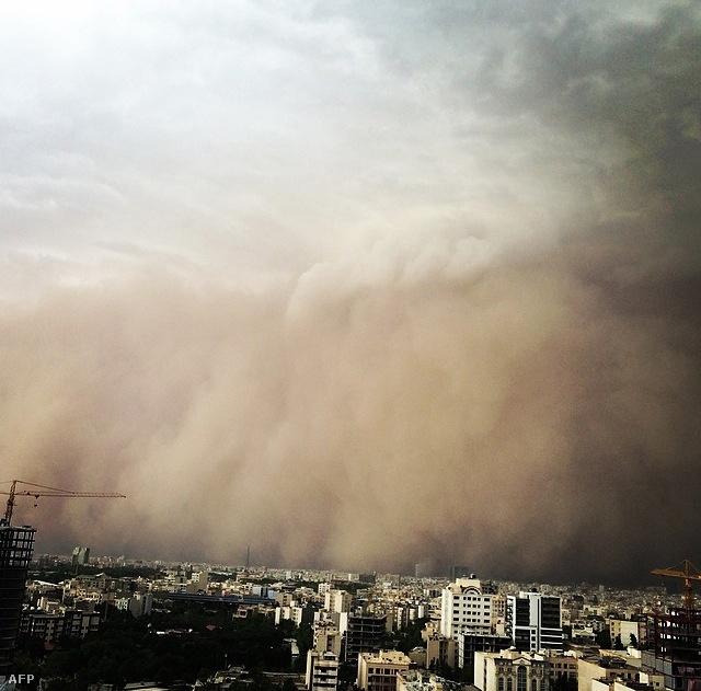 Hatalmas szélvihar lepte meg június 2-án                          Teheránt, Irán fővárosát. Öten meghaltak,                          átmenetileg 50 ezer épületben elment az áram,                          fák dőltek ki, autók karamboloztak a 111                          kilométer/órás széllökésekkel érkező                          homokviharban.