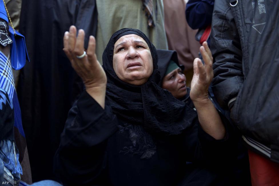 A megbuktatott Mohamed Murszi volt                          egyiptomi elnök támogatói a bíróság előtt                          március 25-én. A hadsereget vezető Abdel-                         Fattáh esz-Szíszit május 28-án választották                          meg elnöknek, de már azóta a volt tábornok                          vezeti Egyiptomot, hogy a hadsereg tavaly                          júliusban megbuktatta a Muzulmán Testvériség                          által is támogatott Murszi elnököt.                         Hatalomra kerülése óta a Muzulmán Testvériség                          több mint hétszáz tagja kapott halálbüntetést                          tömeges tárgyalásokon. Többeket azóta újabb                          tárgyalásokon felmentettek, vagy büntetésüket                          életfogytiglani börtönre változtatták meg.