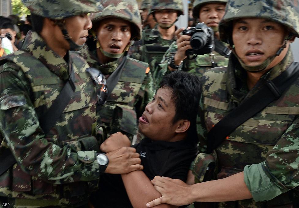 A thaiföldi hadsereg parancsnoka                          hivatalosan bejelentette május 22-én,                          hogy a hadsereg államcsínyt hajtott végre, és                          átveszi az ország kormányzását. Az                          alkotmánybíróság a puccs előtt hatalommal                          való visszaélés miatt lemondásra                          kényszerítette Jinglak Sinavatra                          miniszterelnököt. Az ellenzék, amely húsz éve                          nem nyert választásokat, alapvetően azzal                          vádolta Sinavatrát, hogy 2006-ban                          megbuktatott bátyjának, Thakszin Sinavatrának                          a bábja, és az ő korrupciós politikáját                          folytatja. A hadsereg 11 sikeres államcsínyt                          hajtott végre 1932 óta, amióta Thaiföld                          alkotmányos monarchia lett.