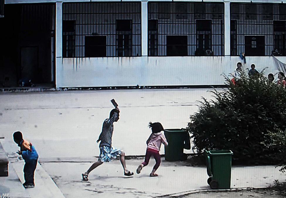 Biztonsági kamera is rögzítette, ahogy                          egy ámokfutó férfi húsvágó bárddal rontott                          egy általános iskola udvarán a gyerekekre a                          kínai Macsengben. Nyolc kisgyerek megsérült,                          egyikük súlyos állapotban került kórházba.                          Több iskolában elkövetett hasonló támadás is                          történt Kínában az elmúlt években.