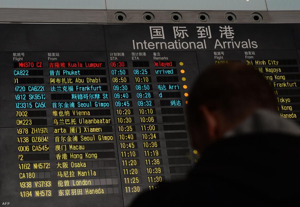 Március 8-án a Malaysia Airlines Kuala                          Lumpurból Pekingbe tartó járata 239 emberrel                          a fedélzetén nyomtalanul eltűnt.                          Hetekig tartó kutatás után a malajziai                          miniszterelnök március végén jelentette be, hogy brit                          műholdképek elemzése alapján az eltűnt maláj                          gép az Indiai-óceánba veszhetett az                          ausztráliai Perth közelében. Az utasok                          családtagjainak is bejelentették, hogy minden                          kétséget kizáróan nincs túlélő. A fekete                          dobozokat azonban egyelőre nem találták még                          meg, azok nélkül nem lehet tudni, pontosan                          miért tért le a gép az útirányáról.