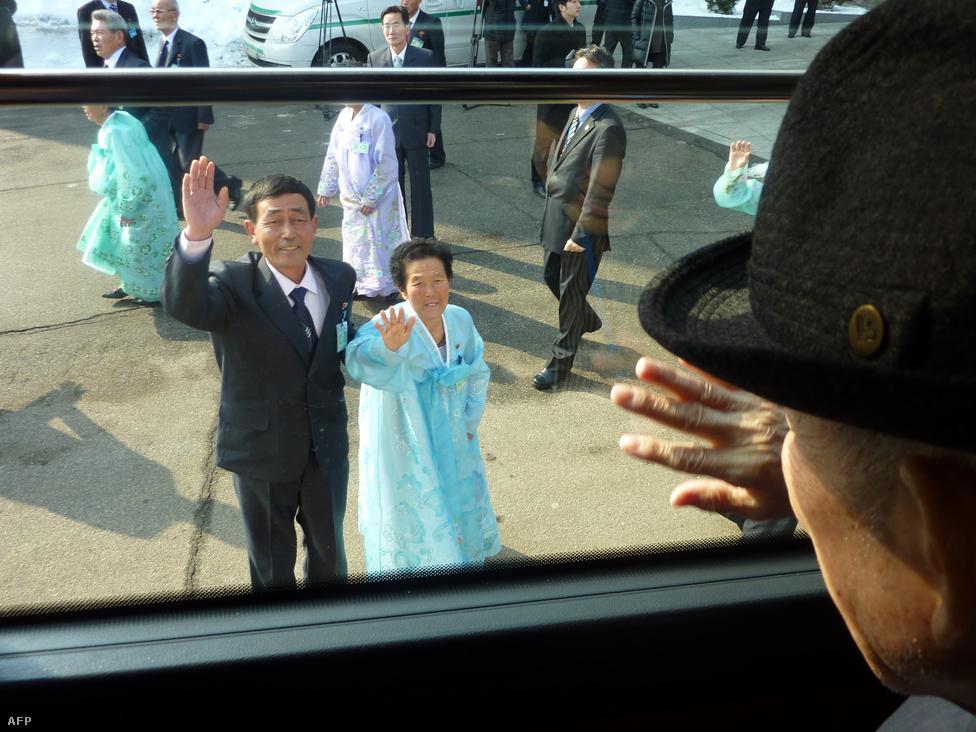 A dél-koreai Kim Szerin február 22-én                          hatvan év után találkozhatott Észak-                         Koreában élő nővérével, akivel a koreai                          háború óta nem is hallottak egymásról.                          Családok tízezrei jelentkeznek minden évben a                          családegyesítési programba, de csak                          keveseknek adatik meg, hogy viszontlássák                          elfeledett szeretteiket néhány boldog órára.                          Február elején jelentették be, hogy február                          20-25. között újabb családegyesítési fordulót                          tartanak, ami főként a tavaly teljes háborús                          hisztériát hozó északi fenyegetőzések után                          fontos szimbolikus eredmény volt.