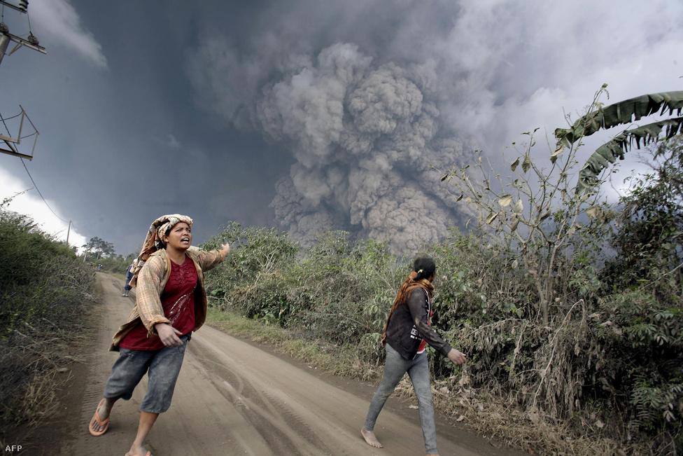Tizenheten meghaltak Szumátrán, amikor a                          Sinabung vulkán hónapok óta tartó                          kitöréssorozatában egy 700 fokos, 100                          kilométer/órás sebességgel a környező                          falvakra zúduló izzófelhő terítette be a környéket.                          A hamu elborította a településeket, gyerekek                          és a tanáruk is az áldozatok között voltak. A                          vulkán miatt több mint harmincezer embert                          telepítettek ki a területről.