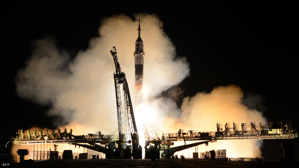 Fedélzetén egy amerikai és két orosz                          űrhajóssal március 26-án elindult a Szojuz a                          kazahsztáni Bajkonurból a Nemzetközi                          Űrállomásra (ISS). Az eredeti tervhez képest                          végül kétnapos késéssel tudott csak dokkolni a Szojuz, nem                          tudták ugyanis időben az űrállomás pályájához                          igazítani az űrhajót. Az amerikai-orosz                          űrbeli együttműködés az egyre feszültebb                          orosz-ukrán konfliktus ellenére folytatódott.