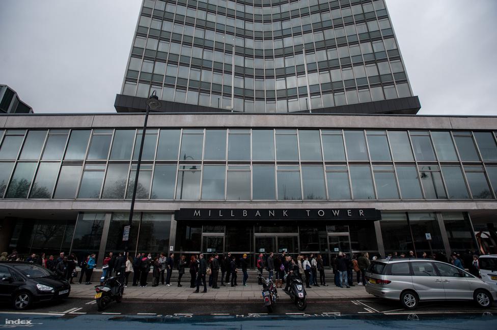 Londonban élő magyarok várakoznak a Temze                          partján, hogy szavazhassanak az április 6-i                          magyarországi parlamenti választásokon. Volt,                          hogy 150-200 ember is állt a sorban, de a                          többség nagyjából fél óra alatt bejutott a                          szavazóhelyiségbe.