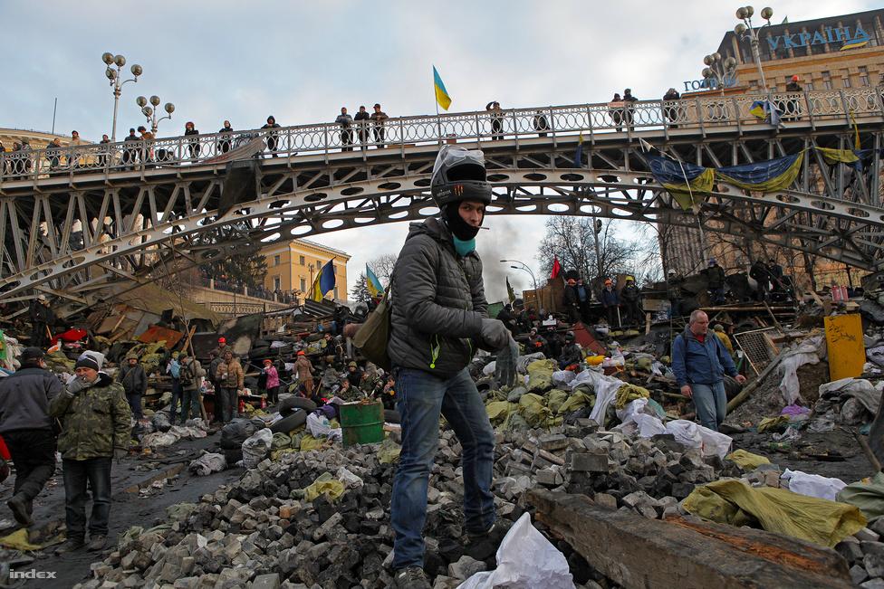 Mesterlövészek és barikádok árnyékában is                          kitartottak Kijevben a tüntetők, és mi is a helyszínen követtük, ahogy február                          21-én megbuktatták Viktor                          Janukovics ukrán elnököt. Az Oroszországba                          menekülő Janukovics helyett az ideiglenes                          államfő a börtönből kiszabaduló Julija                          Timosenko bizalmasa, Olekszandr Turcsinov                          lett, a kormányfő pedig Arszenij Jacenyuk.                          Kijevben nyugodt lett a helyzet, azonban a                          Krímben és Kelet-Ukrajnában kiéleződött a                          feszültség. Oroszország március közepén annektálta a                          csatlakozásáról vitatott körülmények között                          szavazó, többségében oroszok lakta                          félszigetet, a kelet-ukrajnai szakadárok és                          az ukrán hadsereg között pedig azóta is véres                          összecsapások zajlanak.