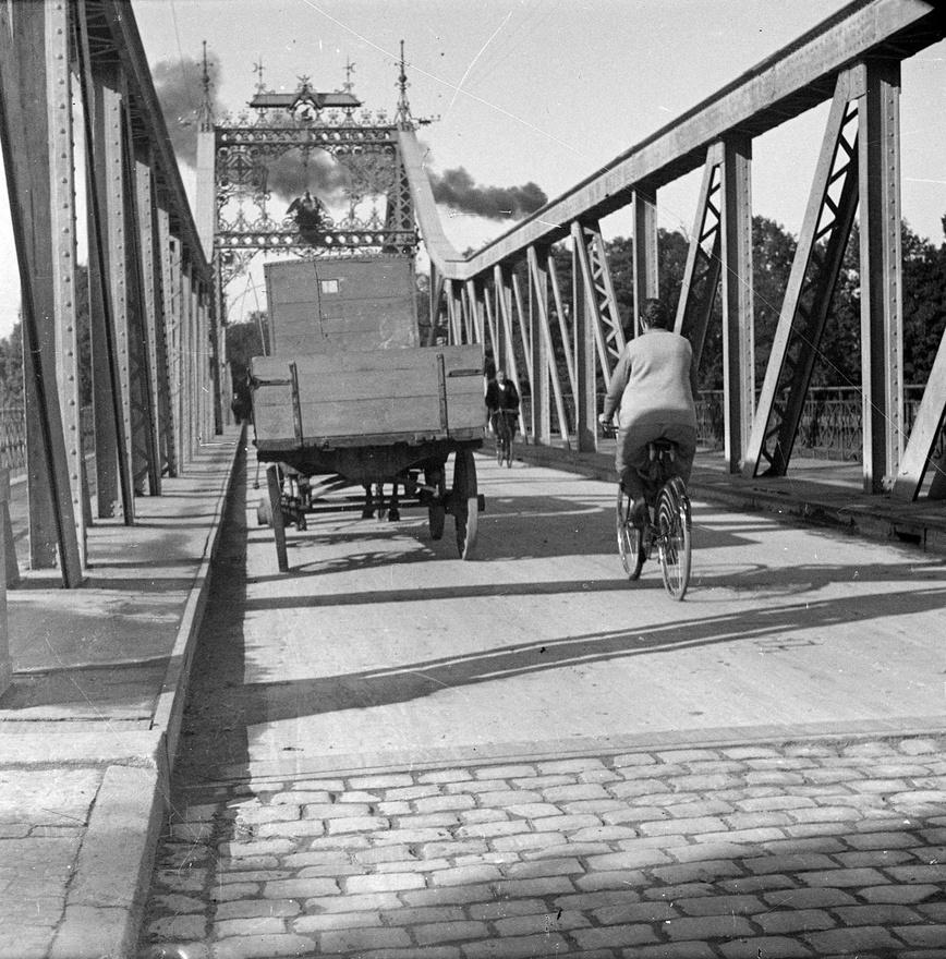 Aztán van itt két fotó egy pompás hídról, biciklistával, gőzmozdony füsttel. Eredeti változatban ráadásul                          stereo fénykép, a Fortepanon megnézhető duplázva is. A kérdés a szokásos: hol áll(t) ez a híd? Talán nem is                         Magyarországon járunk?