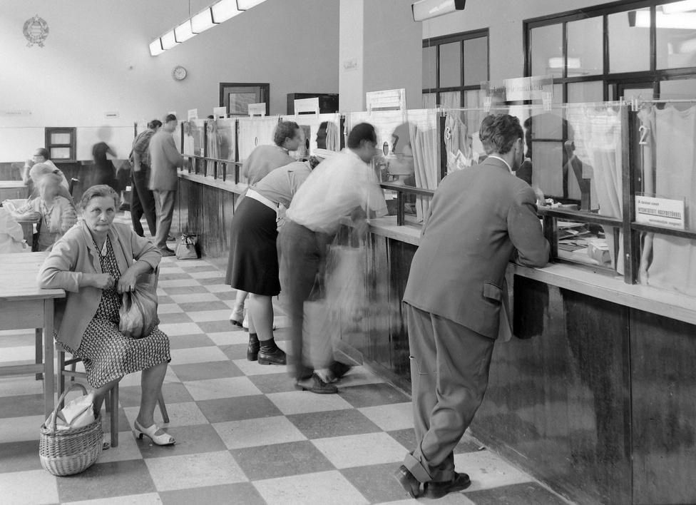A Fortepan gyűjteményében legalább két tucat posta szerepel, szinte mind azonosítva. Ez az időben nem is régi,                         hatvanas évek beli fotó kifogott rajtunk. Hol járhatunk? A budapesti posták közül a Fehérvári úti és a Múzeum                          körúti volt gyanús, de úgy tűnik nem azok.