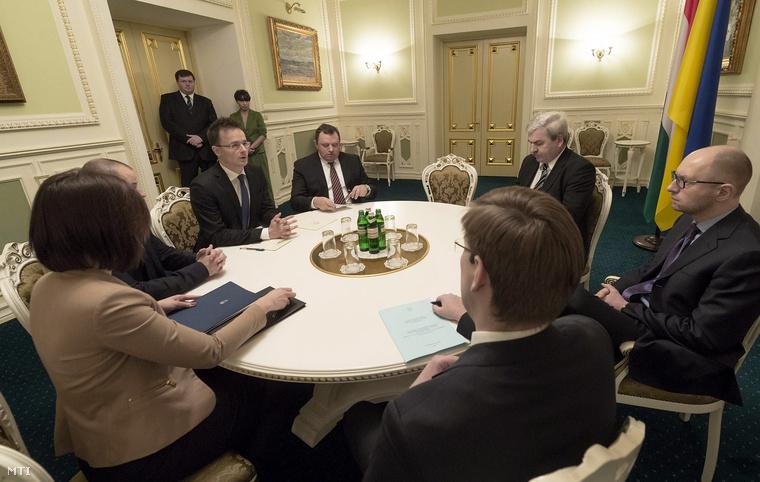 Arszenyij Jacenyuk ukrán miniszterelnök (j) fogadja Szijjártó Péter külgazdasági és külügyminisztert (b3) Kijevben 2014. december 19-én.
