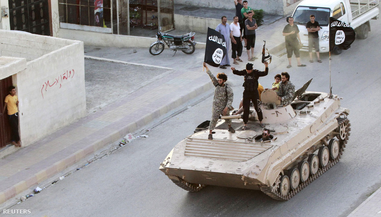 Iszlamista fegyveresek ünnepelnek Rakkában
