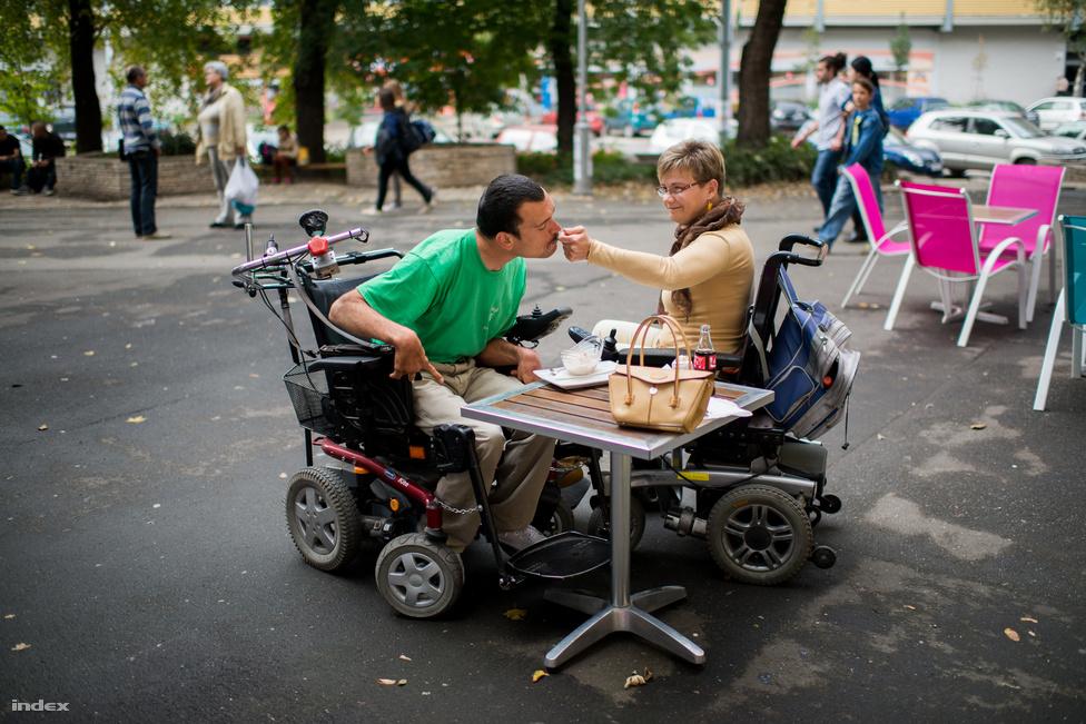 András és Gyöngyi születésük óta kerekes székesek, de ez nem akadályozza meg őket abban, hogy teljes életet éljenek: dolgoznak, sportolnak, és van egy hatéves, egészséges kislányuk, Noémi. Amikor náluk jártunk, arra készültek, hogy kiköltözzenek András szüleinek a házából, és teljesen önállósodjanak. A Rehab Critical Massre készülve októberben felkerestük őket, hogy elmeséljék, milyen reakciókat kapnak, amikor egy családként sétálnak az utcán.
