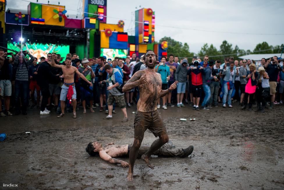 Ha nyár, akkor persze jó idő, napsütés, fesztivál. Ezekből csak a fesztivál valósult meg a júliusi Balaton Sound esetében. A képet elnézve igaza volt annak a tízezreket kipengető résztvevőnek, aki megjegyezte, hogy ez a disznók fesztiválja.