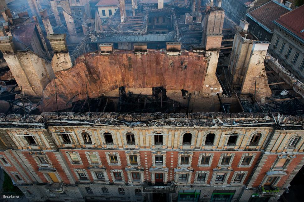 Még nyáron, júliusban történt a baj. Lángok csaptak fel a Kodály köröndön álló, Andrássy út 83-85-ös számú épület tetőterében. Az UNESCO által a világörökség részének tekintett épület teljes tetőszerkezete és a harmadik emelete leégett. Két embert őrizetbe vettek közveszély okozás gyanújával. Ők minden bizonnyal a tetőn dolgoztak. Az épületet életveszélyessé nyilvánították, a ház negyven lakója így nem térhetett vissza otthonába.