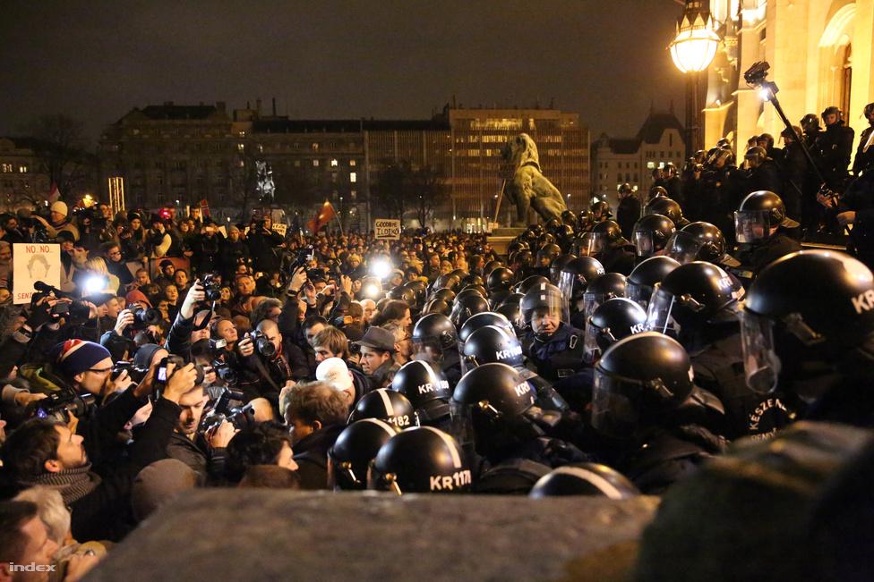 November 17-én a tüntetéshullám fordulóponthoz érkezett. A Közfelháborodás napján országszerte, sőt a világ több nagyvárosában tartottak kisebb-nagyobb tüntetéseket az Orbán-kormány ellen. A Kossuth téren is tízezrek jöttek össze, de nem a szónokok miatt, sokakat jobban izgatott, hogy mi történik a Parlament lépcsőjén. A tüntetők itt óráig néztek szembe a rendőrökkel. Decemberben már paprikaspray-t is be kellett vetnie a rendőrségnek.