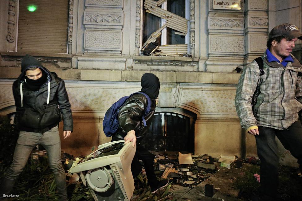 Október végén, az internetadó bejelentése után kezdődött az a tüntetéshullám, amely az év további részét meghatározta. Az első nagyobb tüntetés a Fidesz-székháznál ért véget, méghozzá számítógépek hajigálásával.