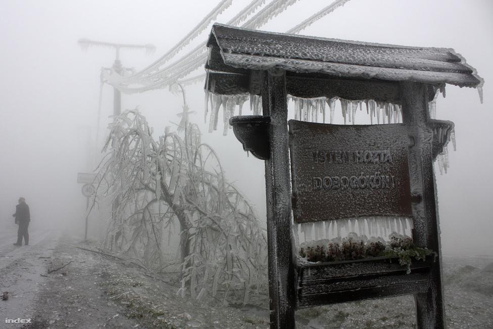 Ónos eső + hideg = katasztrófahelyzet. A képletet leginkább Dobogókőn tapasztalhatták meg, amely egy katasztrófafilmben látható vidékké változott a lefagyott cseppektől. Napokig nem lehetett megközelíteni a környéket, sok erdőt is lezártak, és gyerekek sem ülhettek fel a Mikulásvonatára egy teljes utazásra.