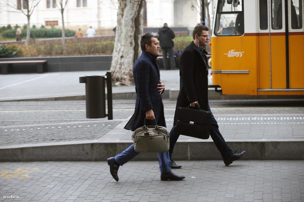 Azt hihettük, hogy a politikusok az év végén, a három kampány után decemberben már igazán csak a karácsonnyal foglalkoznak. Ezzel szemben az év utolsó heteiben szinte napról napra derült ki egy-egy fideszes politikusról, hogy luxusvillája, luxusórája van, vagy luxusútra ment. A hivatalosan sehol nem alkalmazott, ám sok fideszesnek értékes tanácsokat adó Habony Árpád Gucci táskája is egyre érdekesebb lett. A december azzal ért véget, hogy Lázár János már nyíltan figyelmeztette a neki beszóló veteránokat, hogy fejezzék be, különben megjárják. Kövér László viszont visszaszólt az ifjú párttársának. Innen kezdjük 2015-öt.