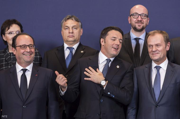 Ewa Kopacz lengyel, Orbán Viktor magyar és Charles Michel belga miniszterelnök (felső sor b-j) valamint Francois Hollande francia elnök Matteo Renzi olasz miniszterelnök és Donald Tusk az Európai Tanács elnöke (első sor b-j) az Európai Unió brüsszeli csúcstalálkozójának első napi ülésén 2014. december 18-án.