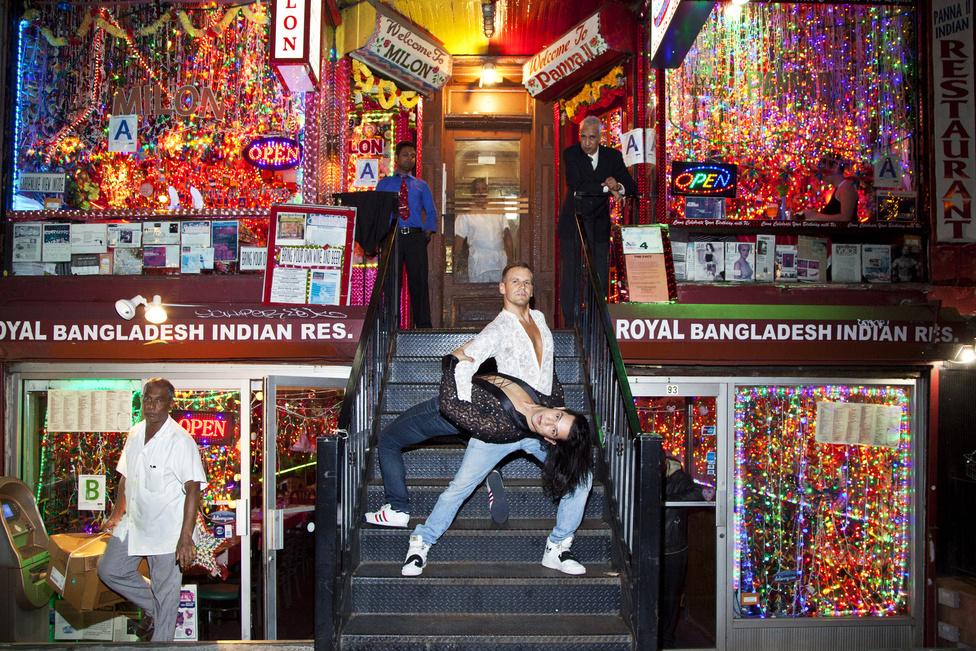 Szeptemberben lehetőségem nyílt egy ösztöndíjjal egy hónapot New Yorkban tölteni és ott élő magyar kivándorlókat fotózni. Ott ismertem meg Szelei Robit is, aki amellett, hogy a reklámszakmában dolgozik, háromszoros világ-, Gay Games- és Európa-bajnok az azonos nemű párok versenytáncában. Mikor Robi megismerte a munkásságom azonnal eszébe jutott ez a hely: négy indiai étterem, túlburjánzó dekoráció, színes égők... Azonnal beleszerettem. Robi a táncpartnerét, Ernestót is elhívta a fotózásra. Az utcán átöltöztek a flitteres szettbe, és kicsit félve kérdeztük meg az étterem tulajait, hogy fotózhatunk-e. Nagyon lelkesek voltak, végig figyelték az eseményeket, és nem zavarta őket egyáltalán, hogy belelógnak a képbe. Ezután még be is invitáltak minket az egyik szűk étterembe, sőt egyikük kifejtette, Ernesto mennyire hasonlít a fiára. Fantasztikus élmény volt az emberek nyitottsága és kedvessége, és a helyszín szürrealitása.