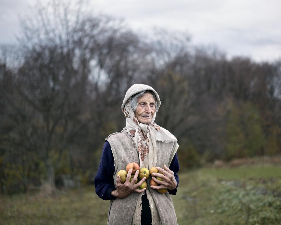 Románia elszigetelt, hegyi falvainak egyikében, Fata Rosie-ben találkoztunk a 83 éves Toma Ileanával. A településre a villanyt és a vizet a mai napig nem vezették be, havonta egyszer érkezik posta, hetente kétszer mozgóárus. Ileana éppen almát szedni indult, ahova elkísértük, majd hosszan beszélgettünk vele. Története magában foglalja az elnéptelenedő falvakban élők sorsát, így az erőltetett iparosítás mellett az eltűnő hagyományokkal, létformákkal foglalkozó Notes for an Epilogue című sorozatom egyik emblematikus szereplőjévé vált. A portré szerepelni fog a londoni The Photographers' Gallery-ben pár hónap múlva nyíló kiállításomon, és a jövő évben megjelenő Notes for an Epilogue című könyvben is. A romániai és a magyarországi rendszerváltást megelőző időszak még érzékelhető hagyatékát vizsgáló sorozatok után számomra új terepet szeretnék kipróbálni, a két anyag lezárásával párhuzamosan több konceptuális munkát készítek elő.