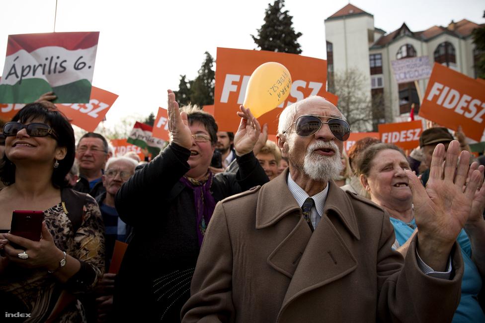 Csata előtti seregszemle – így jellemezte Orbán a tavaszi kampány utolsó heti rendezvényeit, és óvatosan figyelmeztette hallgatóságát Dombóváron: nem kiélezett a küzdelem az ellenzékkel, de így is el kell menni szavazni, mert nagy győzelem nagy jövőt jelent. A Fidesz a kampányban óriási, 250 állomásos országos roadshowba kezdett, amelynek első állomásain több vezető Fideszes politikus volt a sztárvendég, de az utolsó héten már mindenhol Orbán lelkesített. Meg is lett az eredmény, a pártszövetség végül kétharmadot szerzett.