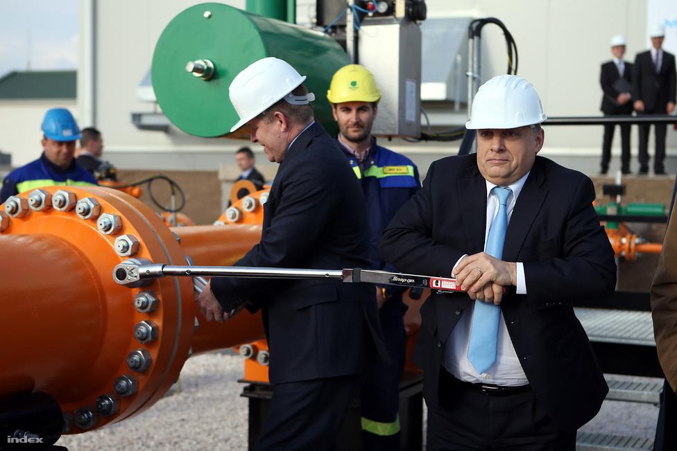 Nem kis feladat látványos, fotózható tevékenységet végezni egy olyan gázvezeték átadásán, amely tulajdonképpen még el sem készült, sőt valójában csak jövőre helyezik majd üzembe. Orbán Viktor és Robert Fico végül egy csavar meghúzása mellett döntöttek: Szadán a szlovák-magyar átadó ünnepségen Orbán meghúzta az utolsó csavart, Fico pedig az anyát tartotta. A magyar választásokra készülő Orbán és a szlovák választásokra készülő kollégája a még csak tervben lévő gázvezeték átadása mellett arról is megállapodtak, hogy 21 új közutat építenek majd a két ország között 2020-ig.