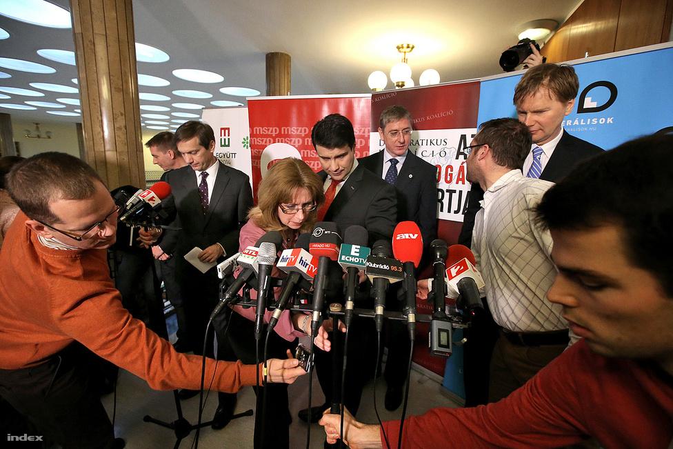 2014-es országgyűlési választást megelőző néhány hónap börleszkcunamit indított el a baloldalon. Az Orbán-kormány választási törvény módosításai, és a baloldali pártok népszerűségvesztése miatt gyakorlatilag - legalábbis szerintük - nem maradt más, mint, hogy közösen induljanak a tavaszi választáson, mert csak így győzhetik le Orbán Viktort. A terv végül nem működött, az egyeztetések, a lista összeállítása viszont gyakorlatilag egy Pierre Richard filmmé állt össze, ahol mindenki egy hosszú létrával forgolódott a koronaékszerek között; maximum abban lehet vita, hogy Gyurcsánynak, vagy Fodor Gábornak volt hosszabb a létrája. A képen azt a pillanatot láthatjuk, amikor Jávor Benedek, Bajnai Gordon, Mesterházy Attila, Gyurcsány Ferenc, és Fodor Gábor készül bejelenteni a közös indulást.