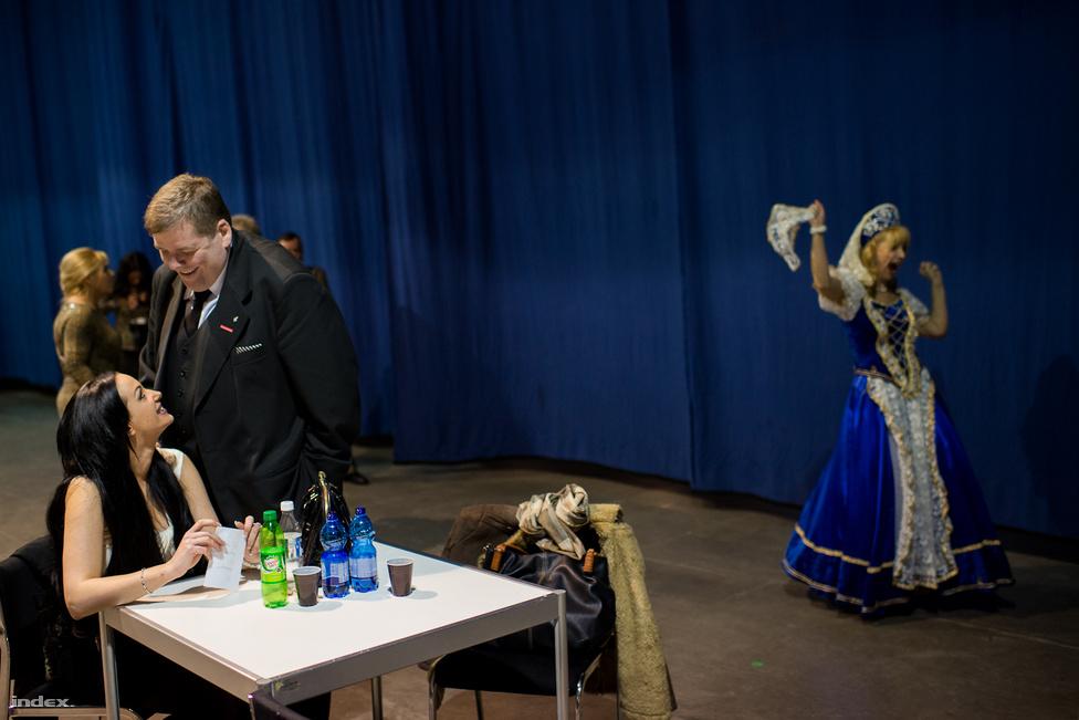 A 2014-es választási kampány időszaka kimeríthetetlen tárháza volt a mókának, dilinek. A képen Schmuck Andor azt bizonyítja épp, hogy nem csak az idősebb korosztállyal találja meg a hangot, miközben a háttérben talán épp cintányéros cudar világot kiáltva halad el Schmuck pártrendezvényének egyik fellépője. A Szocdemek elnöke bármikor összeránt 4000 szépkorút, így történt március elején is a Syma-csarnokban, ahol Schmuck arról beszélt, hogy pártja indul a 2014-es választáson, 82 egyéni képviselőjelöltet sikerült rajthoz állítaniuk. Programjának címe 8 óra munka, 8 óra pihenés, 8 óra szórakozás volt.