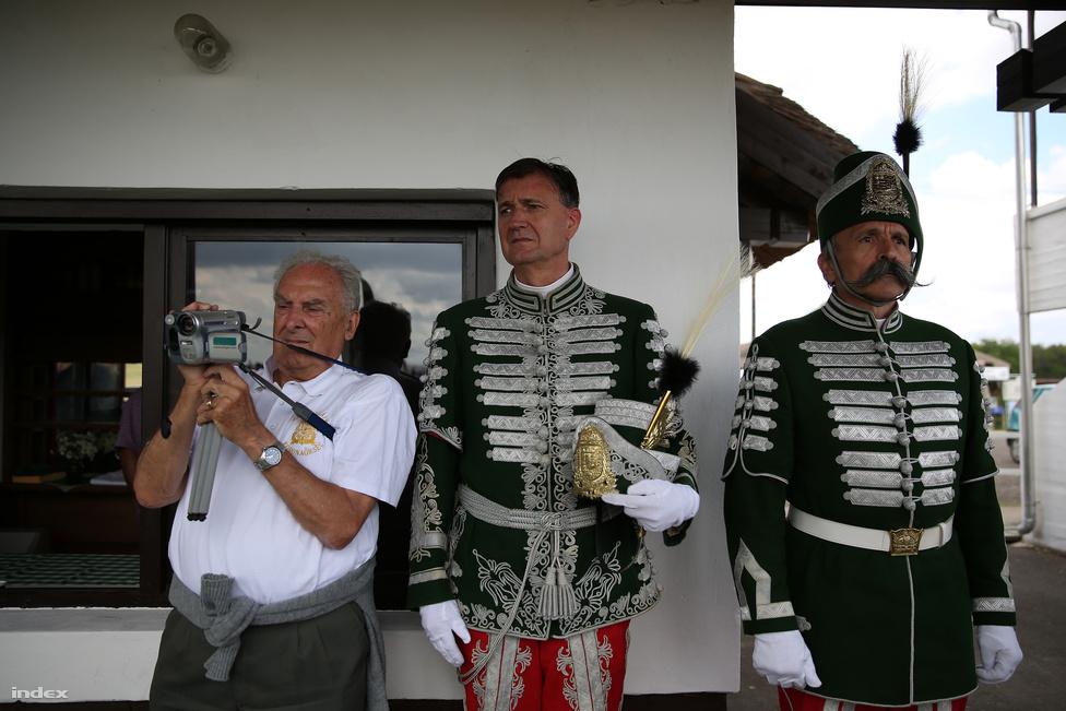 A Nyeregszemle pont úgy hangzik, mintha Geszti Péter találta volna ki másnaposan, de aztán végül bevett pár Saridont, és rájött, hogy ez még tőle is sok lenne, és legyen inkább mégis csak Nemzeti Vágta. A Hortobágyon már sokadszorra megrendezett lovas fesztivál tényleg kicsit olyan, mintha Kelet-Magyarországra vitték volna a vágtát: csak itt huszárok mellett, betyárok, vidáman szelfiző cowboyok, meg hátrafelé nyilazás közben Instagram-filtert is választó ősmagyar kalandozók is feltűnnek. És akkor még nem is beszéltünk a lovas polgárőrökről, akik ünnepi láthatósági mellényben ülik meg a lovat ilyenkor.