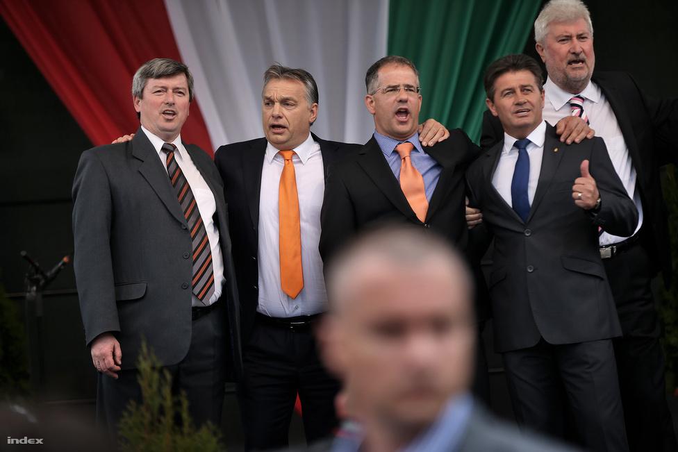 Könnyed kampánylevezetés, semmi felesleges kockázat: Orbán Viktor szombaton, a választás előtti napon egyhetes kampányturnéját Debrecenben zárta. Talán csak Csorna, Kecskemét vagy Pápa lett volna ennél kényelmesebb, de Kósa Lajos, a Fidesz erős emberének városa is tökéletesen megfelelt. A Kossuth tér teljesen megtelt, Orbán gyönyörűen kommunistázott.