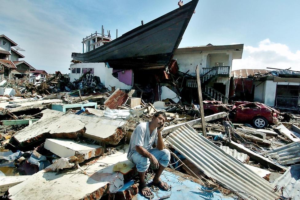 Egy férfi egykori háza romjain Aceh tartomány székhelyén, Banda Acehben. Az akár 30 méter magas hullámokkal ez a cunami minden idők egyik legsúlyosabb természeti katasztrófája volt. A katasztrófa után több mint 7 milliárd dollár értékű segély áramlott a térségbe a világ országaiból, azonban ezek szétosztása csak nehezen indult be.